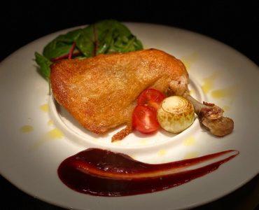 鶏モモ肉のホロホロコンフィ<br /> ~自家製ベリーソース~